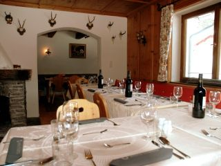 Catered-chalet-St-Anton-dining.JPG